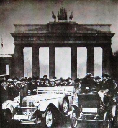 El primer automóvil creado por Benz y un modelo de 1930 ante la puerta de Branderburgo; tras realizar una travesía de Berlín a Hamburgo con motivo de la muerte de su creador. 1930