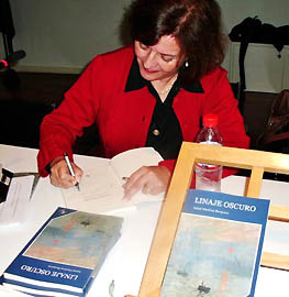 autora firmando