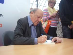 Javier_Tomeo_firmando