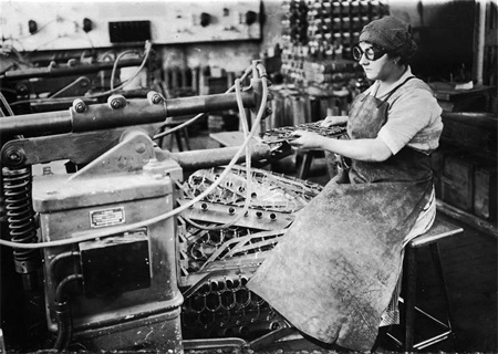 MujerTrabajandoFábricadeArmamento1915